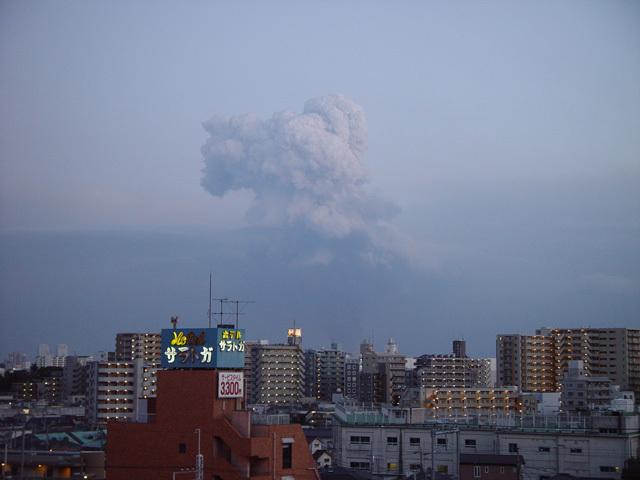 地震後の市原コンビナートの爆発雲.jpg